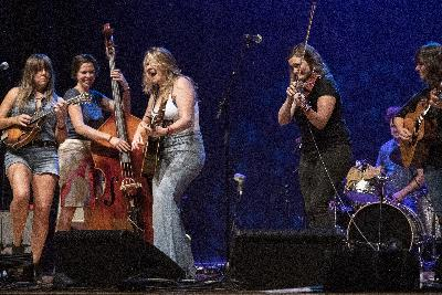 Bluegrass Band Della Mae Previews New Songs In A Virtuosic Live Performance
